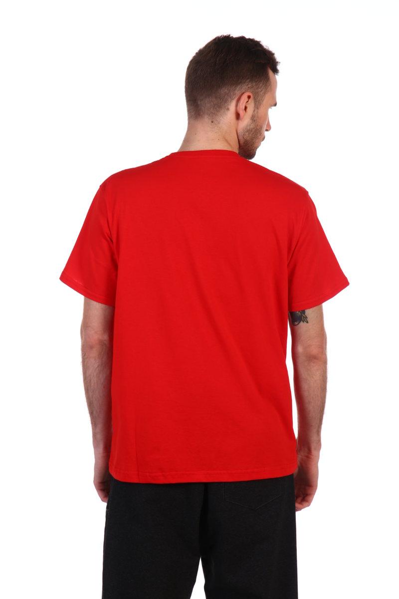 Красная футболка свободного кроя.